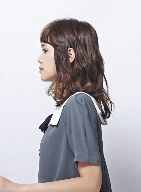 柔らかい質感の大人カールスタイル(髪型ミディアム)