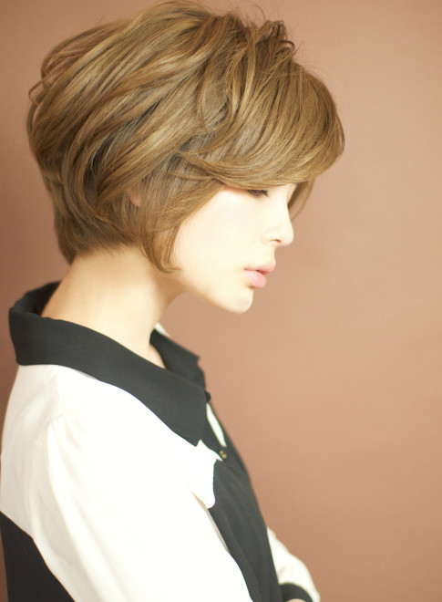 ワイドバングで女性らしい前下がりショート(髪型ショートヘア)