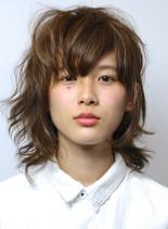 無造作なヌケ感のあるウルフスタイル(髪型ミディアム)