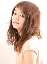 Tシャツ女子の前髪ショートバングウェーブ(髪型セミロング)
