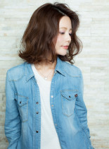 外ハネ×ウェーブヘア(髪型ミディアム)