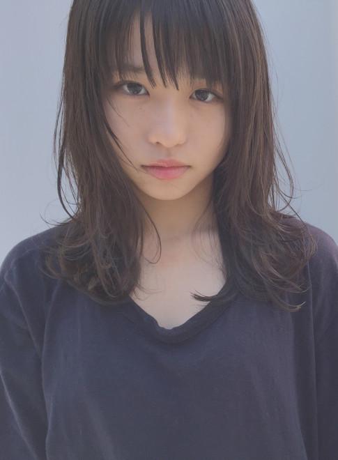 黒髪ゆるレイヤー軽バング(髪型ミディアム)(ビューティーナビ)
