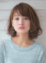 カジュアルな雰囲気のボリュームボブ(髪型ミディアム)