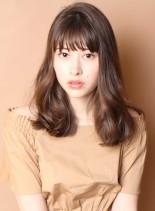 束感バングのウェーブヘア(髪型ミディアム)