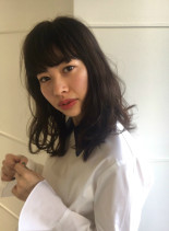 黒髪でも抜け感カールヘア(髪型ミディアム)