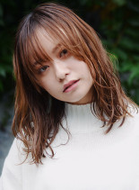 ウィークネスベージュミディ(髪型ミディアム)