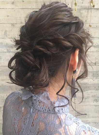 ルーズに上げるシニヨンアップスタイル(髪型セミロング)
