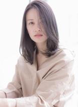 大人女子のグレージュロブ(髪型ミディアム)