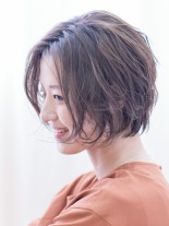 女性らしいラフカールの大人ショートボブ(髪型ショートヘア)