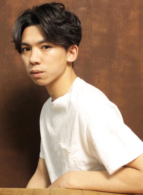 センター分けパーマショート(髪型メンズ)(ビューティーナビ)