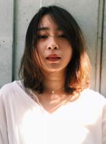 毛先パーマのアンニュイミディ(髪型ミディアム)
