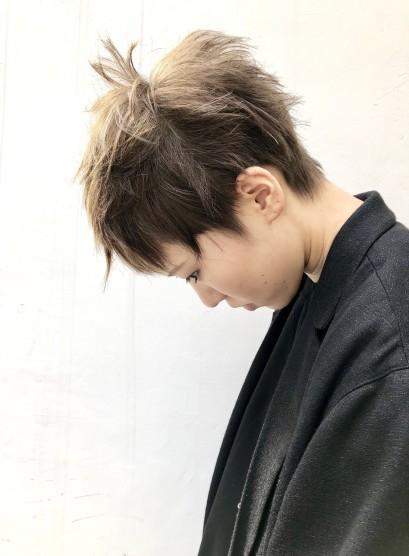 Wカラーでつくる個性的なショートヘア(髪型ベリーショート)
