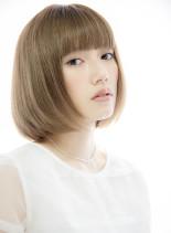 シンプルボブと艶の質感でフェミニンモード(髪型ボブ)