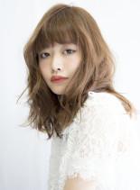 メロウな艶感の甘モードなヘーゼルベージュ(髪型ミディアム)