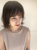 柔らかベージュカラーのミディアムボブ(髪型ボブ)