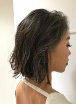 暗めのベースカラーで3Dカラー(髪型ミディアム)