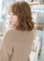 ハイトーンウェービーヘア(髪型ミディアム)
