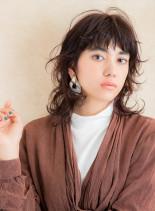 ウルフヘアのナチュラルパーマスタイル(髪型ミディアム)