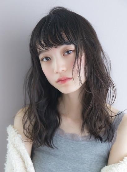 ダークグレージュ・黒髪・透明感ウェーブ(髪型セミロング)