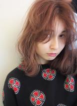 オレンジベージュ×センターパートロブ(髪型ミディアム)