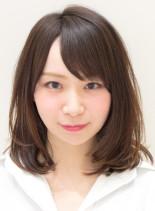 前髪あり内巻きミディアムヘア(髪型ミディアム)