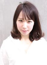 前髪あり外ハネミディアムヘア(髪型ミディアム)