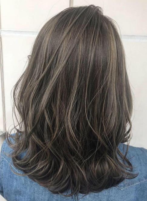 ミディアム グレーハイライト Eme Hair Brandsの髪型 ヘアスタイル