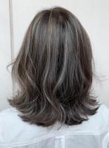 グレージュハイライト(髪型ミディアム)