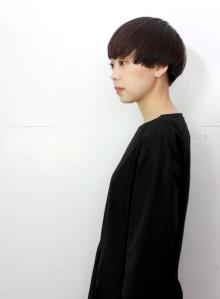 シンプルで個性的な黒髪大人ショート