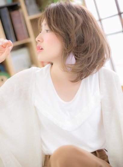 斜めバングとくせ毛風カールの大人ミディ(髪型ミディアム)