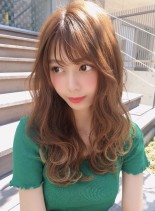 ミディアムレイヤーのミルクティーカラー(髪型ロング)