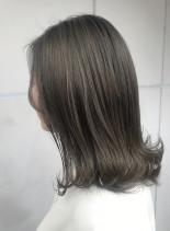 ハイライト シルバーグレージュ(髪型ミディアム)