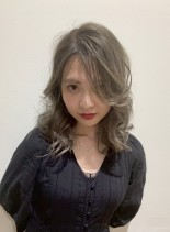 外国人風アッシュブロンド(髪型セミロング)