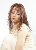 ルーズなウェットパーマ(髪型セミロング)