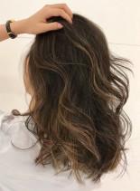 外国人風オシャレハイライトカラースタイル(髪型セミロング)