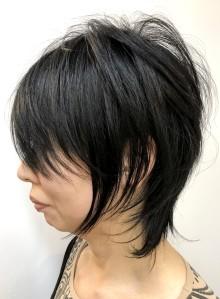 黒髪で個性的な無造作大人ウルフスタイル(ビューティーナビ)