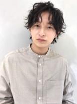 センターパートニュアンスミディアムパーマ(髪型メンズ)