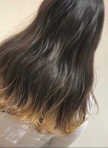 ゆる巻きロングの裾カラーヘアー