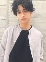 黒髪センターパートスパイラルパーマ(髪型メンズ)