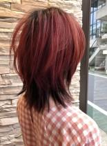 ピンクヘアでかっこいいウルフスタイル (髪型ミディアム)