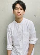 センターパート黒髪ツーブロックマッシュ(髪型メンズ)