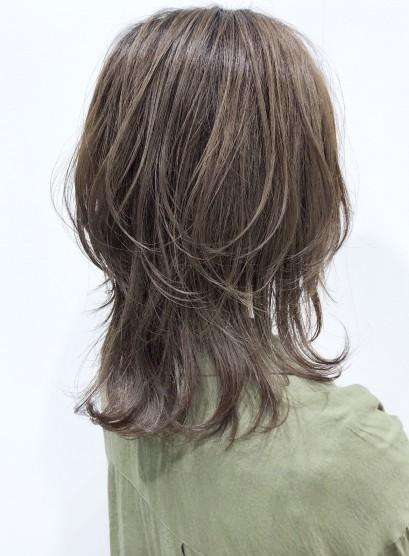 動きと軽さウルフレイヤーミディ(髪型ミディアム)