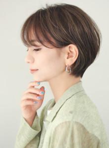 大人かわいい前髪長めの耳かけ丸みショート(ビューティーナビ)
