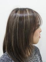 ハイライトを生かしたストレートヘアー(髪型ミディアム)