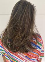 ヌードアッシュのグラデーションハイライト(髪型セミロング)