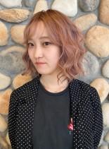 淡いピンクのウエーブボブスタイル(髪型ボブ)