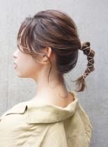後れ毛が大人かわいい革紐ヘアアレンジ(髪型ミディアム)