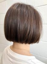 明るいアッシュベージュグレイカラーボブ(髪型ボブ)