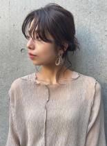 センターパートの大人シニヨンアレンジ(髪型ミディアム)