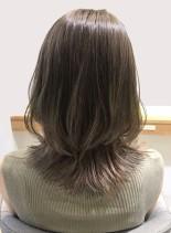 ミディアムヘアの大人ミルクティーベージュ(髪型ミディアム)